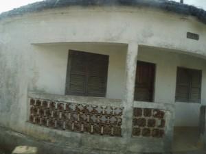 Ces cases aujourdhui aménagées en chambres de passage, servaient à parquer les esclaves suivant leur provenance. IL y avait 7 cases correspondant aux 7 ethnies vendues